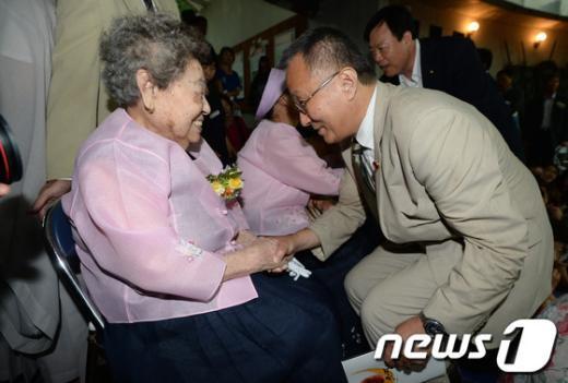[사진]위안부 피해 할머니와 인사 나누는 日 중의원