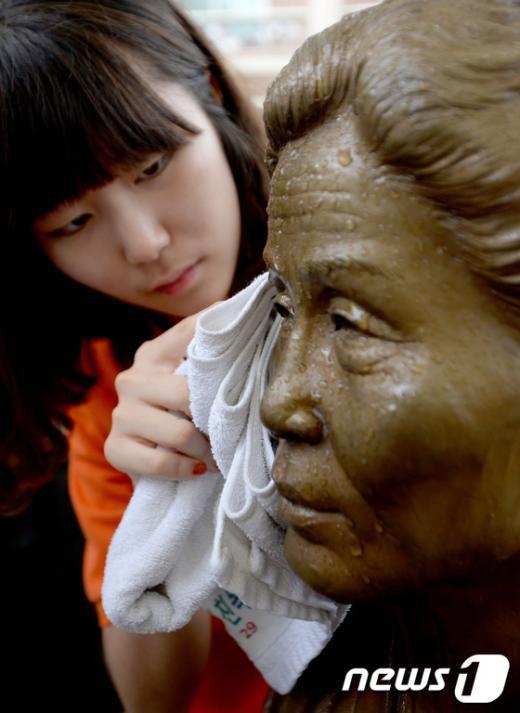 [사진]할머니 눈물 닦아드릴게요