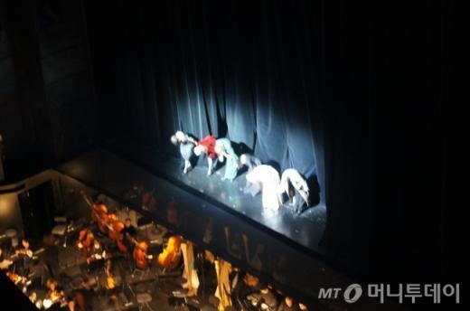 ↑ 이날 바스티유 오페라 극장에서는 바그너의 5시간 30분짜리 대작 오페라 <니벨룽의 반지-신들의 황혼>이 공연됐다. 2시간에 걸친 1막이 끝난후 커튼 콜 모습. ⓒ사진=송원진