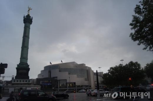↑ 바스티유 오페라 극장은 파리에서 쉽게 볼 수 없는 대단히 모던한 건축물이다. 올드&뉴의 결합이 의외로 잘 어울린다. ⓒ사진=송원진