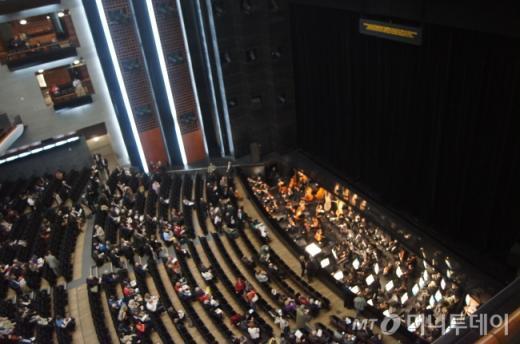 ↑15유로짜리 '박쥐'좌석 에서 바라본 바스티유 오페라 극장 내부. 현기증이 날 정도로 꼭대기 자리이기때문에 전체 무대는 잘 조망할수가 있다. ⓒ사진=송원진
