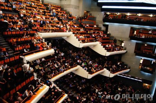 ↑ 바스티유 오페라 극장 공연장 내부 객석. 2716개의 좌석 어느자리에서도 다 무대가 잘보인다고 자랑한다. ⓒ사진=송원진