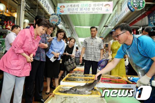 [사진]수산물 살펴보는 박근혜 대통령