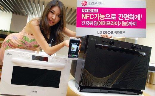 LG전자 모델이 국내 오븐 최초 근거리 무선통신(NFC) 기술을 탑재한 'LG디오스 광파오븐'(MA323DBN)을 소개하고 있다. /사진 제공=LG전자