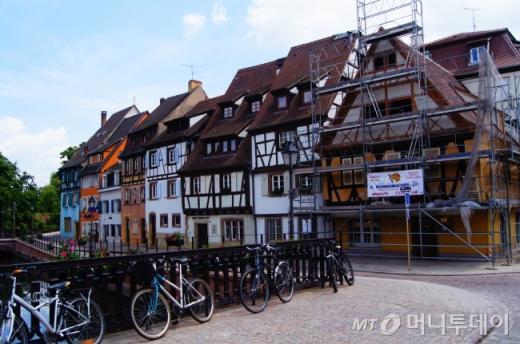 ↑16세기 모습을 그대로 간직한 콜마르의 집들은 개보수에도 정부의 허가가 필요하다. 현재 콜마르는 곳곳에서 한창 복원이 이루어지고 있다. ⓒ사진=송원진
