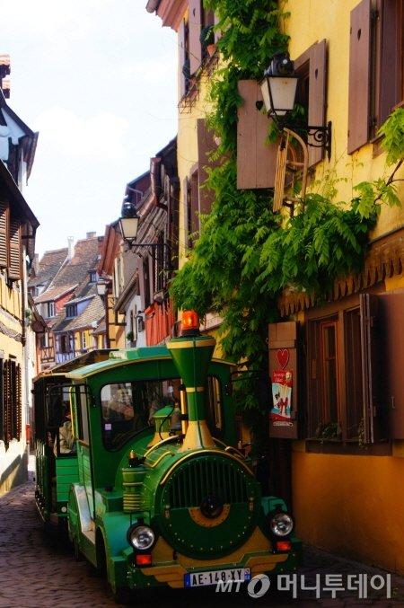 ↑콜마르 구시가지의 그좁은 골목길도 자유자재로 다니는 꼬마기차. 이곳의 중요한 교통수단이다. ⓒ사진=송원진