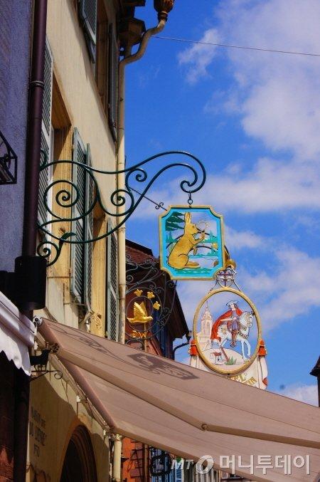 ↑콜마르 상점마다 독특한 디자인의 간판이 즐비하다. 마치 수백년간 자리를 지켜온 상점의 시그너처 문양같다. ⓒ사진=송원진