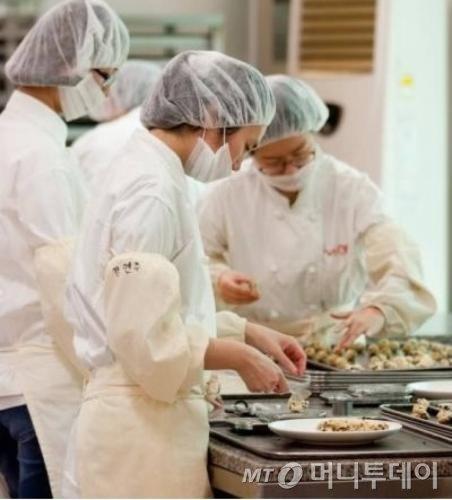 장애인 직원들을 중심으로 쿠키를 만드는 한 사회적 기업의 작업 모습/머니투데이 자료사진