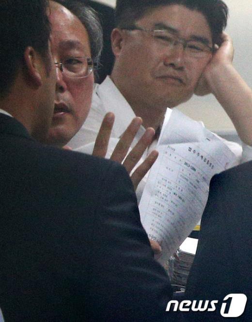 [사진]국정원, 압수수색 영장 추가 제시…대치 계속