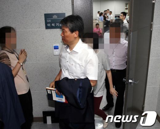 [사진]이석기 의원실 나서는 김선동 의원