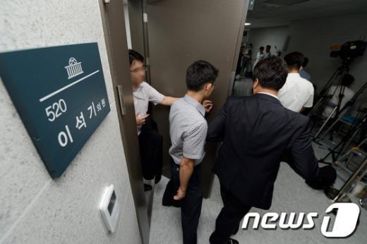 통합진보당 이석기 의원에 대한 국정원의 압수수색이 진행된 28일 오후 서울 여의도 국회 의원회관 이 의원 사무실에서 국정원 직원들이 나오고 있다. 2013.8.28/뉴스1  News1   오대일 기자