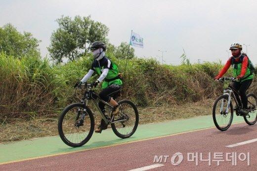 무심천 자전거살림길 달리는 참가자/사진=박정웅 기자