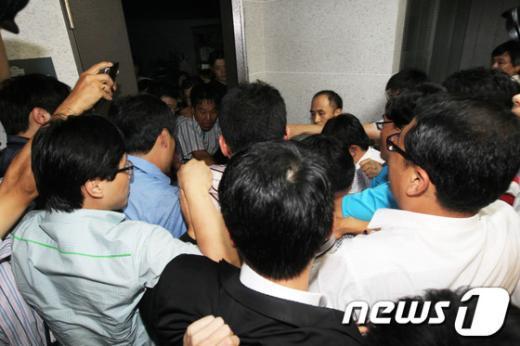 국정원과 검찰이 내란음모와 국가보안법 위반 혐의로 이석기 통합진보당 의원을 비롯한 당직자들에 대한 압수수색을 시도한 28일 저녁 서울 여의도 국회 이석기 의원실 앞에서 당직자들이 추가된 국정원 직원들의 의원실 진입을 막기 위해 몸싸움을 벌이고 있다. 2013.8.28/뉴스1  News1   허경 기자