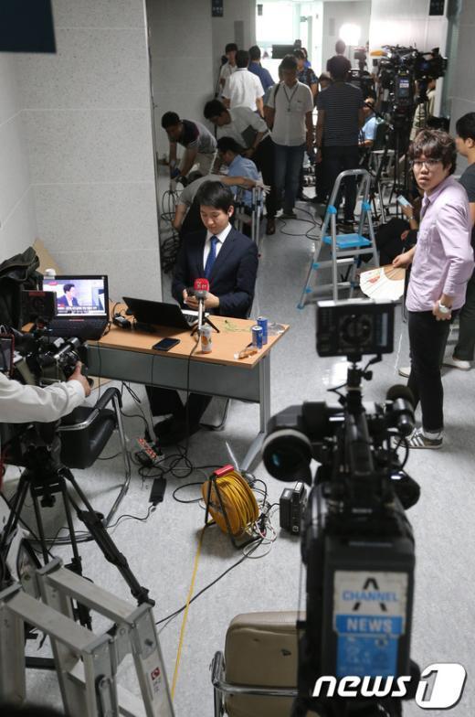"""[사진]이석기 의원실 앞 """"인산인해"""" 이룬 취재진"""