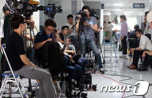 [사진]이석기 의원 기다리는 취재진