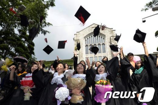 [사진]졸업 맞은 이화여대생들