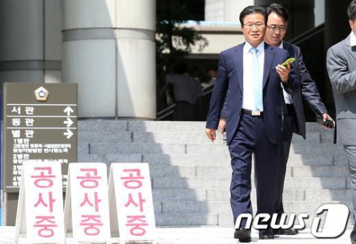 [사진]굳은 표정으로 법원 나서는 김용판 전 청장