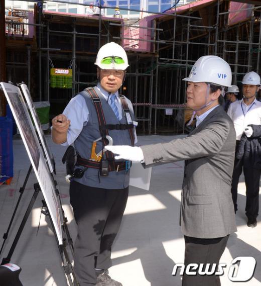 [사진]공사 추진계획 면밀히 살피는 안철수 의원