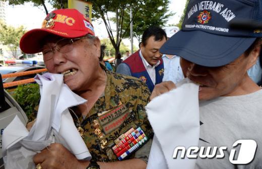 """[사진]""""못 참겠다"""" 통합진보당기 물어뜯는 재향군인회"""