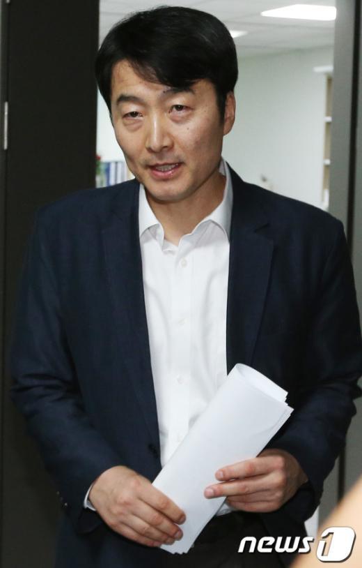 """[사진]회의 마친 이석기 의원 """"대응은?"""""""