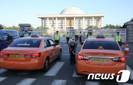 [사진]검문검색 강화된 국회 앞