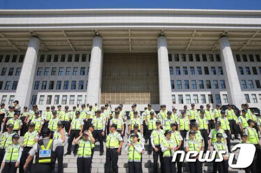 """[사진]""""이석기 체포안"""" 국회 본청 앞 경찰 배치"""