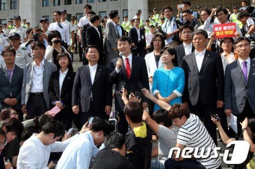 [사진]이석기, 국회 본청 앞에서 기자회견