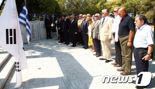 [사진]박승춘 처장, 참전용사들과 그리스 참전비 참배