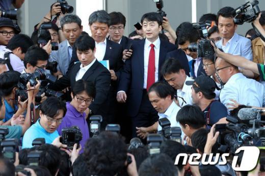 [사진]체포동의안 가결, 취재진에 둘러싸인 이석기