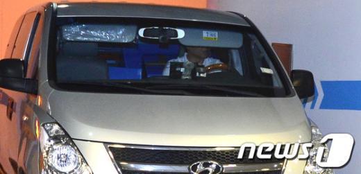 4일 오후 서울 종로구 대우건설 지하주차장 출구로 검찰이 압수한 물품을 실은 차량이 나오고 있다.  News1 최영호 기자
