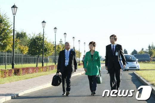 [사진]한-독 정상회담장 향하는 朴대통령