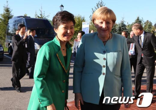 [사진]가까워진 두 여성 정상