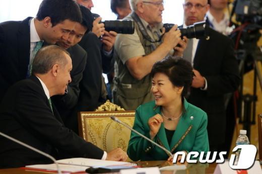 [사진]터키총리와 대화하는 박근혜 대통령