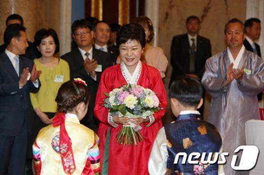 [사진]한복 입고 꽃다발 든 박근혜 대통령