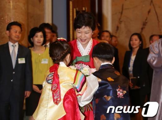 [사진]꽃다발 받는 朴 대통령