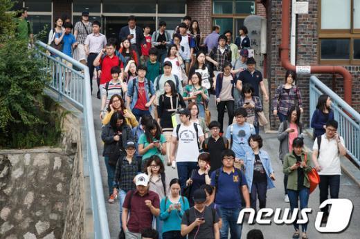[사진]서울 지방공무원 시험 마친 수험생들