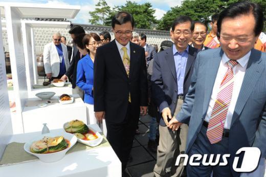 [사진]김치전시관 둘러보는 박원순 시장