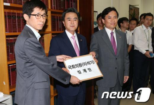 """새누리당 김태흠, 김진태 의원이 6일 오후 서울 여의도 국회의사당 의안과에서 """"내란음모"""" 혐의로 구속된 이석기 통합진보당 의원의 제명을 요구하는 징계안을 제출하고 있다. 이석기 의원의 의원직 박탈을 목적으로 한 이번 징계안에는 새누리당 소속 의원 153명 전원이 서명했다. 2013.9.6/뉴스1  News1   오대일 기자"""