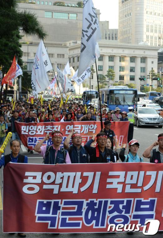 """[사진]행진하는 민주노총, """"민영화저지 총력투쟁"""""""