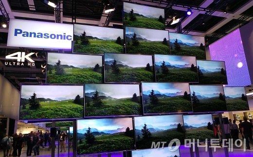 일본 파나소닉이 'IFA 2013' 전시 중앙에 17개의 55인치 UHD TV를 벌집 형태로 전시해둔 형태는 기존 삼성전자가 대형 전시에서 선보이던 전시 방식과 비슷하다. /사진=정지은 기자