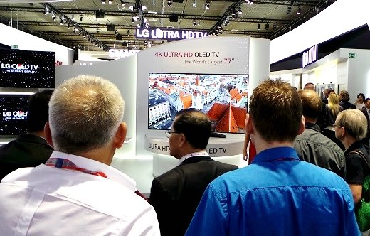 LG전자가 'IFA 2013'에서 선보인 세계 최대 77인치 커브드 UHD OLED TV 주변에 많은 관람객들이 몰려 있다. /사진=정지은 기자