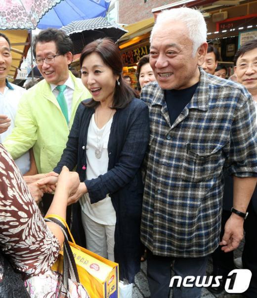 [사진]주민들과 인사 나누는 김한길 대표 부부
