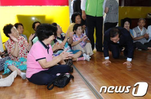 [사진]큰절하는 박원순 서울시장