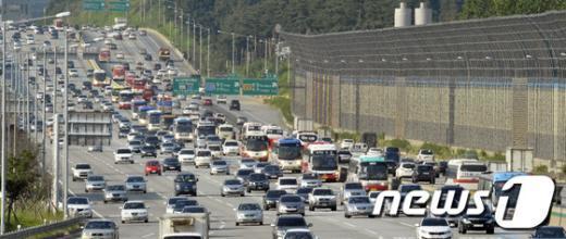 추석 귀성이 시작된 17일 오후 성남시 궁내동 경부고속도로 서울요금소를 진입하는 차량들이 증가하고 있다.  News1 최영호 기자