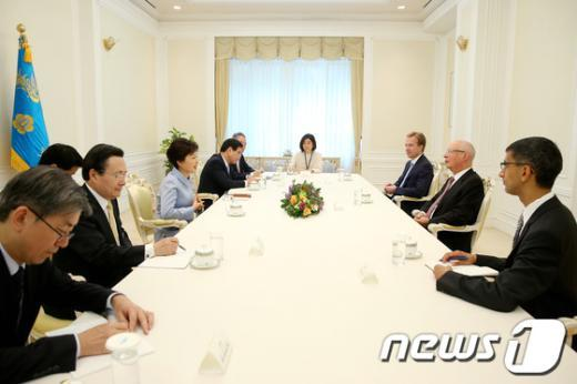 [사진]박 대통령, 클라우스 마틴 슈밥 WEF회장 접견