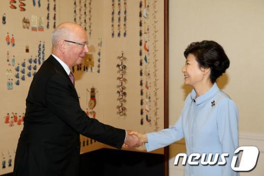 [사진]朴 대통령, 클라우스 마틴 슈밥 WEF회장 접견