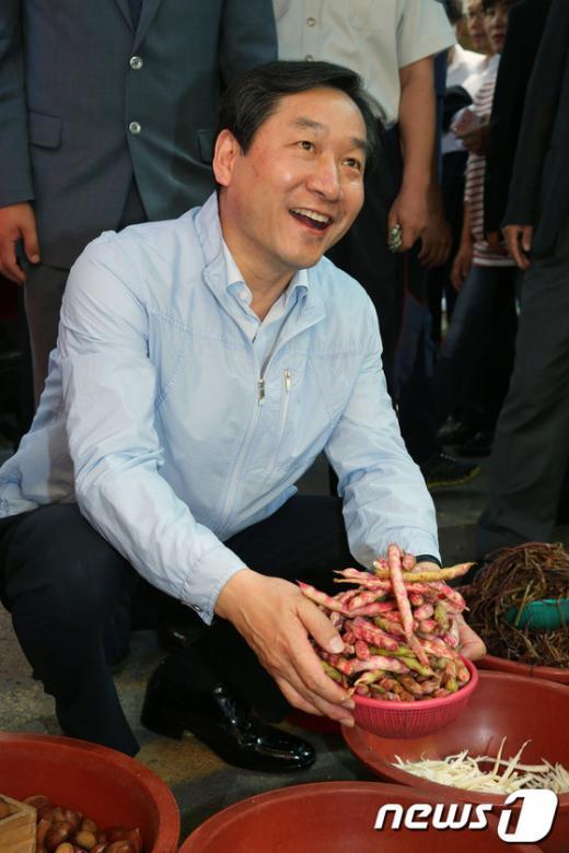 [사진]콩 사는 유정복 장관