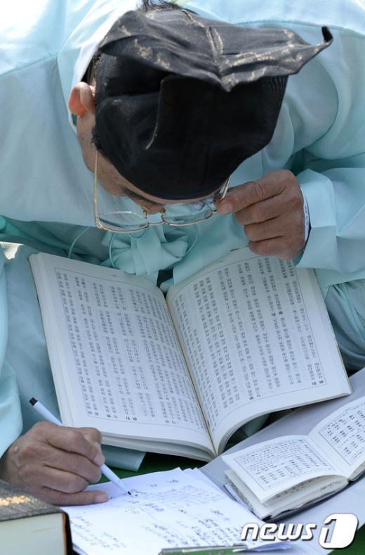 [사진]'안경 너머 시상이…'
