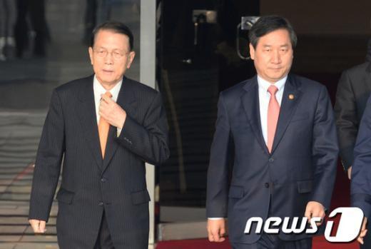 [사진]朴 대통령 영접 나온 비서실장과 장관