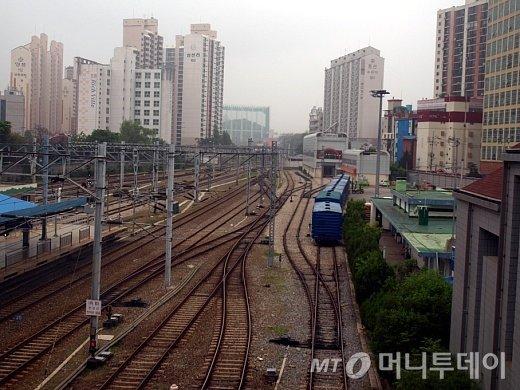 행복주택 시범지구로 지정된 서울 구로구 오류동역 철로. 철로 주변에 아파트들이 건설돼 있다./사진=송학주 기자